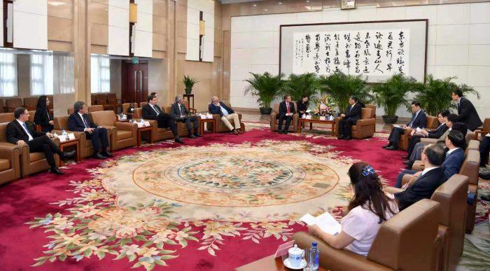 Mendoza en China 2019 el gabinete de Ma Xingrui recibe a Rodolfo Suarez.jpg